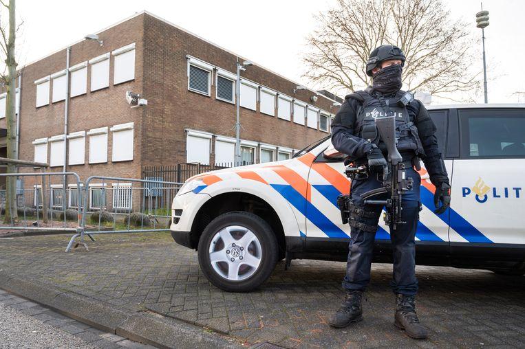Zware beveiliging bij de extra beveiligde rechtbank De Bunker in Osdorp tijdens het grote liquidatieproces Marengo. Beeld Hollandse Hoogte /  ANP