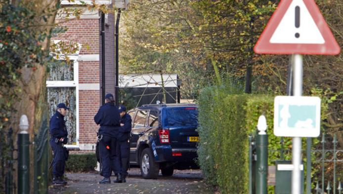 Politie voor het huis van de vermoorde Victor 't Hooft.