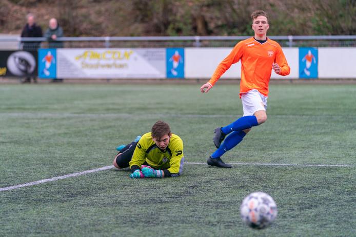 Olaf Jonkman plaatst de 1-0 achter doelman Roy Cornelissen van Excelsior Zetten.
