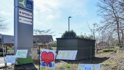 Een hart en deugddoende boodschappen voor zorgverleners in ziekenhuis: H.Hartschool versiert toegang spoedafdeling
