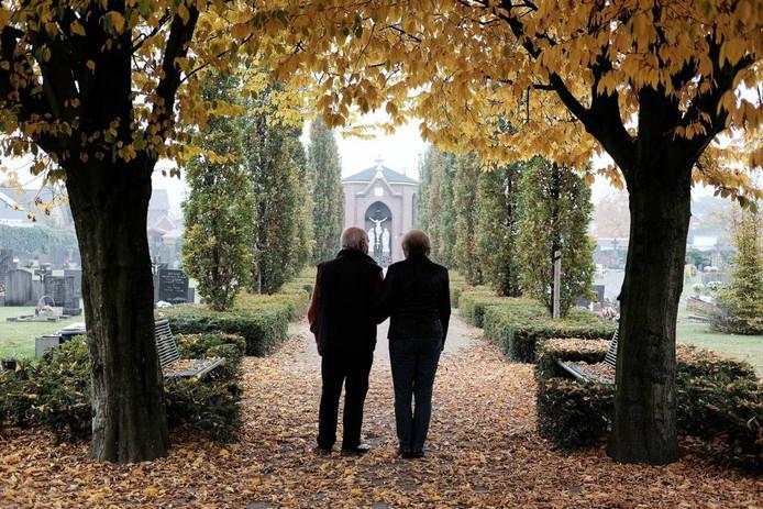 Het echtpaar Kraus op de Martinus Begraafplaats in Didam. Foto Jan van den Brink