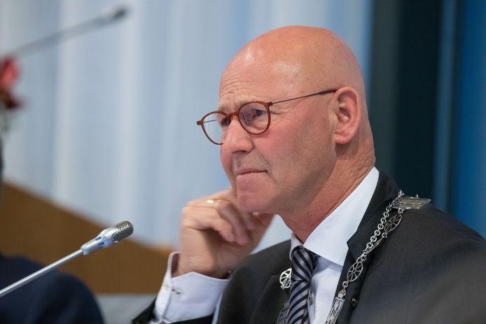 Volgens burgemeester Bort Koelewijn dwingen bezuinigingen de gemeente om te kijken of het besturen van de stad beter, sneller en goedkoper kan.