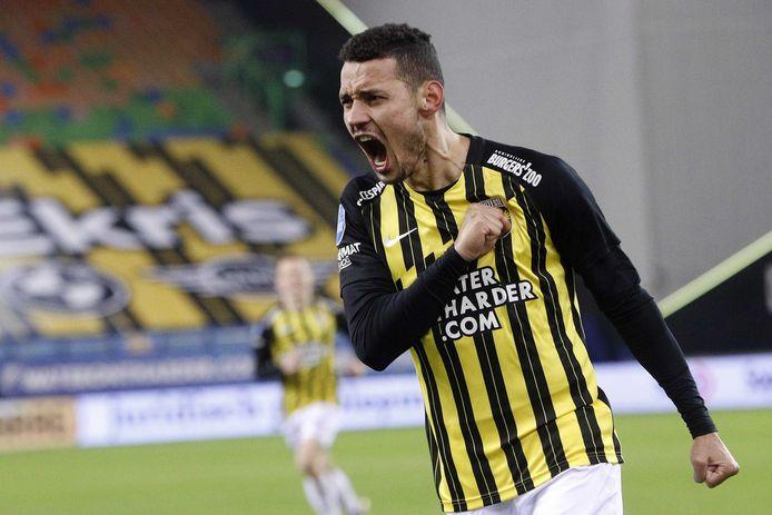 Oussama Darfalou viert de 1-0 tegen Fortuna Sittard op euforische wijze. De Algerijn was de gouden wissel bij Vitesse.