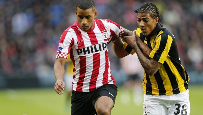 Luciano Narsingh (l) in duel met Patrick van Aanholt van Vitesse.