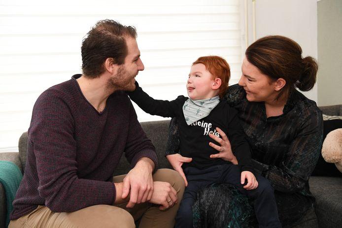 Axel en Lisanne Peeters uit Dongen samen met hun gehandicapte zoon Jens. Het stel dreigt de gemeentelijke steun bij de zorg voor hun kind te verliezen.