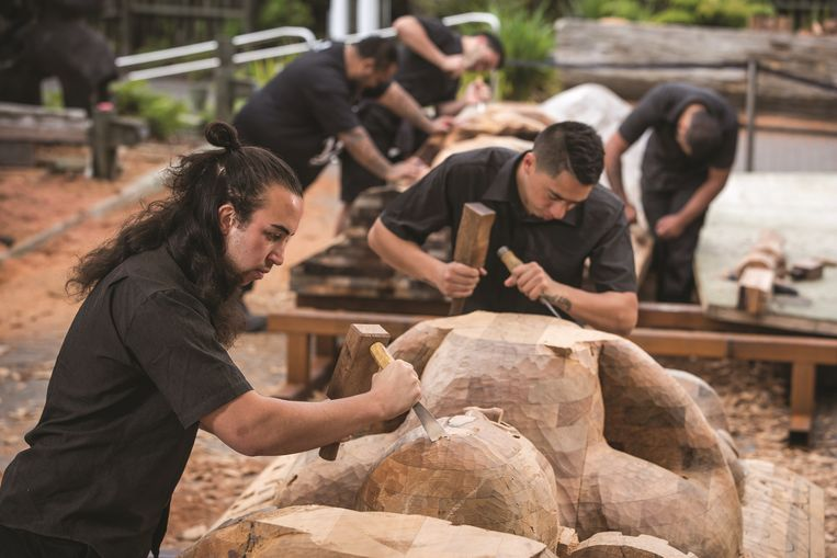 De Pou Maumahara is gemaakt door meester houtsnijders, docenten en studenten van The New Zealand Maori Arts and Crafts Institute in Rotorua.