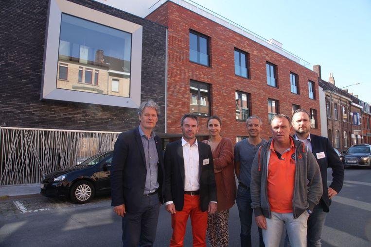 Vertegenwoordigers van het schepencollege en de projectontwikkelaar bij de nieuwe residentie .
