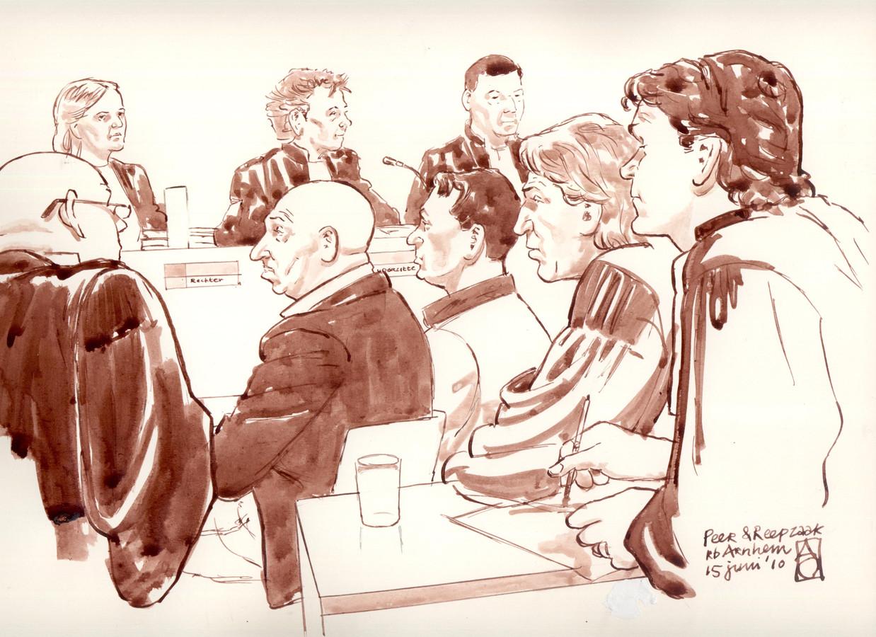 Martien Reuvers (tweede man links op de rechtbanktekening) tijdens het proces over de moord op Hans van Geenen, die met een mitrailleur werd doodgeschoten op de A73 bij Nijmegen. Reuvers werd in hoger beroep vrijgesproken.
