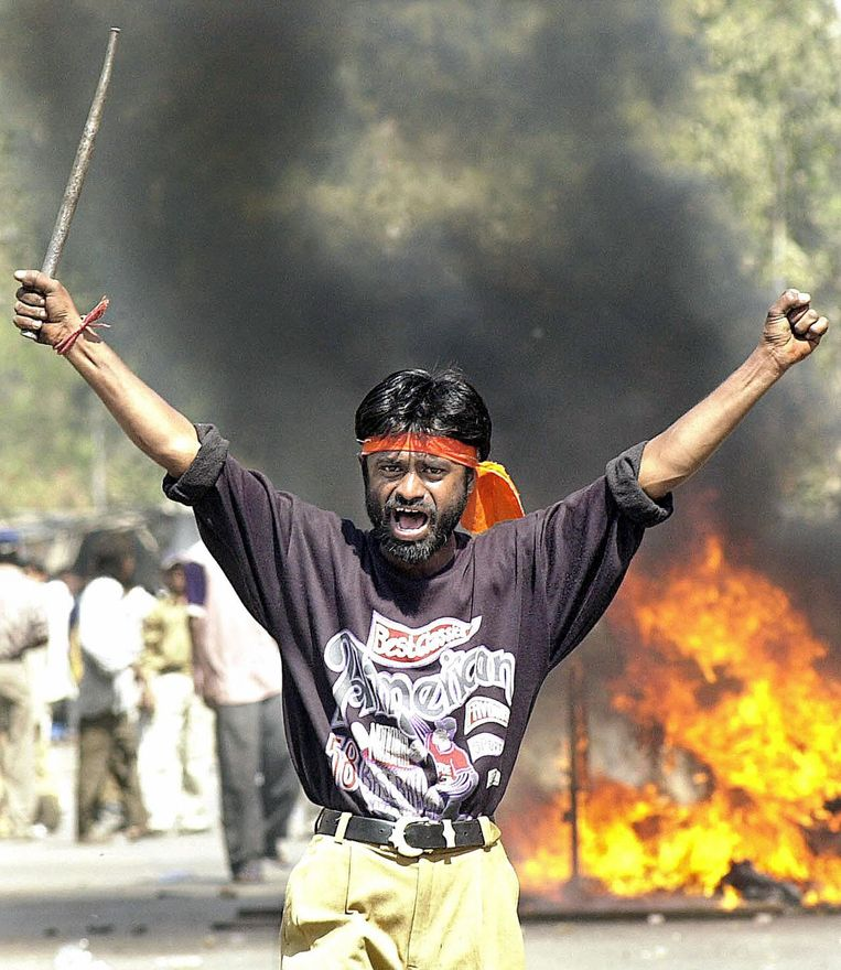 Archieffoto van een hindoenationalist tijdens de rellen in Gujarat in 2002 Beeld afp