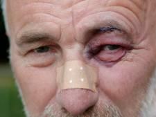 Denzel Dumfries van PSV schiet Gelderlander-fotograaf Broer van den Boom omver