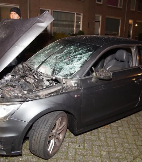 Auto flink beschadigd na harde knal in Waalwijk, vermoedelijk door vuurwerk