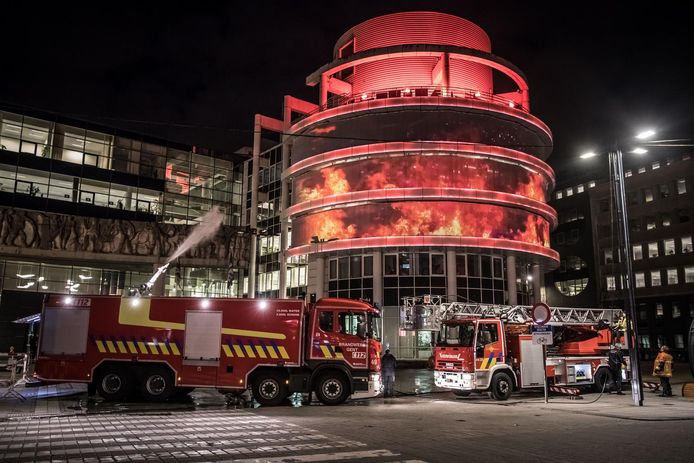 ZUID: Gentse brandweerlieden blussen het administratief centrum.