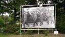 Deze foto vindt Ans Feitz afgrijselijk om te zien. Het is één van de foto's die vanwege 75 jaar bevrijding op diverse plekken in Bergen op Zoom staan.