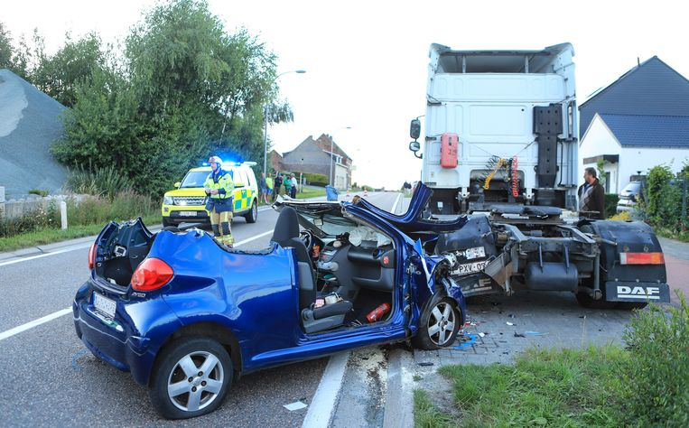 De Toyota knalde tegen een geparkeerde vrachtwagen aan.