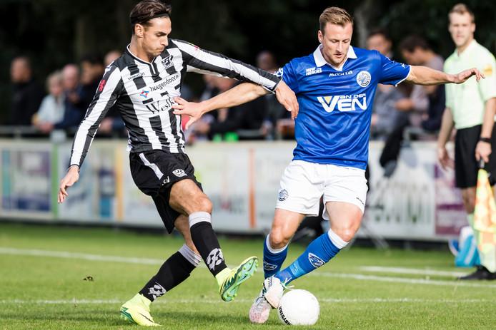 Jonas Heymans (rechts) kwam dit seizoen nog in acht competitieduels in actie voor FC Den Bosch. Hier  schermt hij de bal af in de gewonnen bekerwedstrijd tegen Zwaluwen in Vlaardingen (2-3).