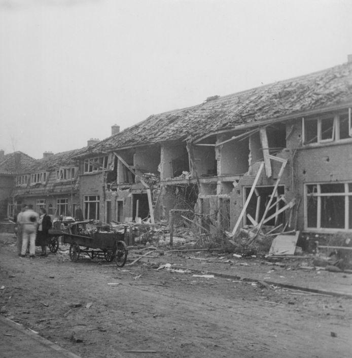 De ravage in de Beukenstraat na het bombardement in december 1944.