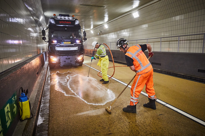 Het wegdek van de Maastunnel krijgt een laatste schoonmaakbeurt voor de heropening.