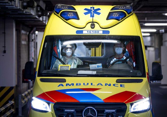Ambulancemedewerkers in een ambulance vertrekken naar het LUMC Leiden. Foto ter illustratie.