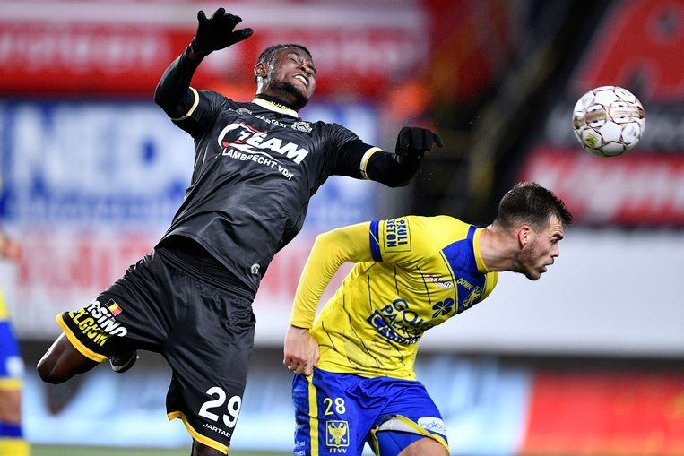 Lokeren's Lewis Enoh Mbah and STVV's Dimitrios Goutas fight for the ball during the Jupiler Pro League match between STVV and Lokeren, in Sint-Truiden, Sunday 26 November 2017, on day 16 of the Jupiler Pro League, the Belgian soccer championship season 2017-2018. BELGA PHOTO YORICK JANSENS