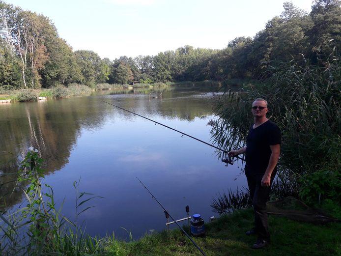 Visser Hennie Petalo uit Weert die voor het eerst naar de Westerhovense visvijver komt en verbaasd is dat een deel is afgesloten en dat er niemand anders vist.