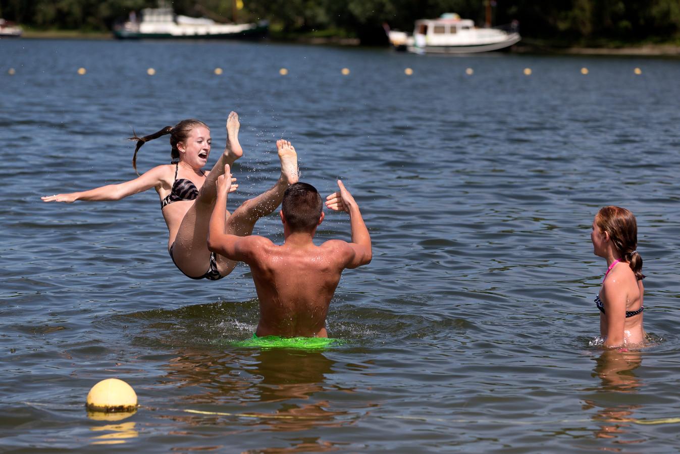 Zwemmers in De Neswaarden in Aalst.
