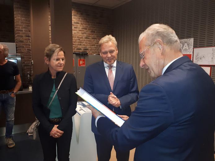 Mark Buijs (midden) met de vice voorzitter van de raad in Oosterhout (rechts).