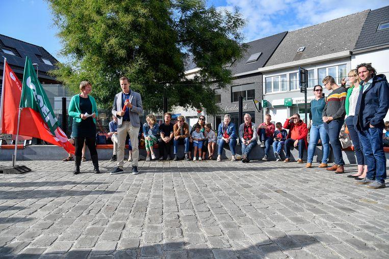 Lijsttrekkersduo Niels Tas en Ilse Uyttersprot stelden de kartellijst voor op het Dorpsplein in Baasrode.