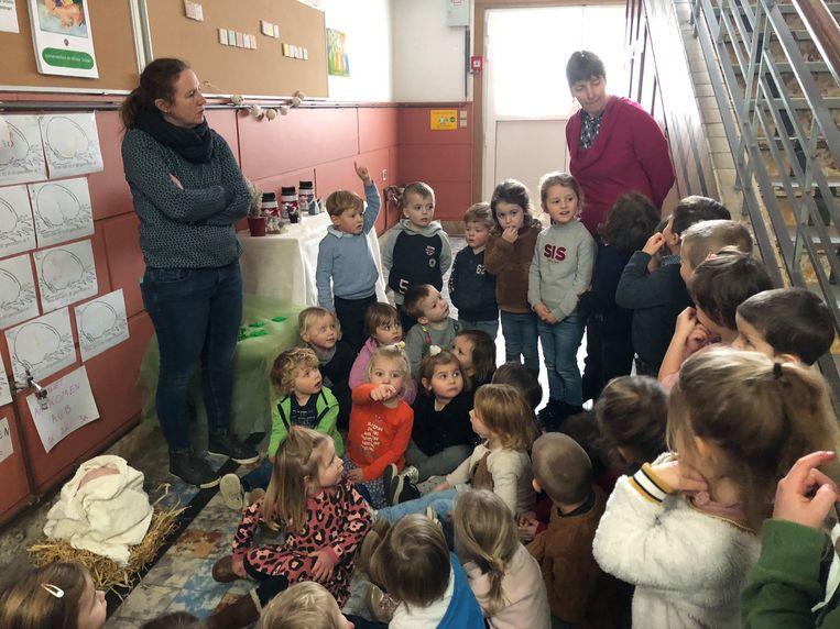 De kinderen van basisschool De Akker in Egem zijn op zoek naar een ontsnapte dinosaurus.