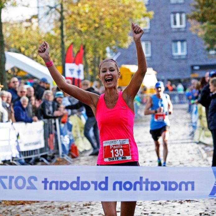 Etten-Leur : zondag 29 oktober 2017    Marathon Brabant       foto : Gerard van Offeren Paola van Gilst uit Goes wint de marathon bij de vrouwen.