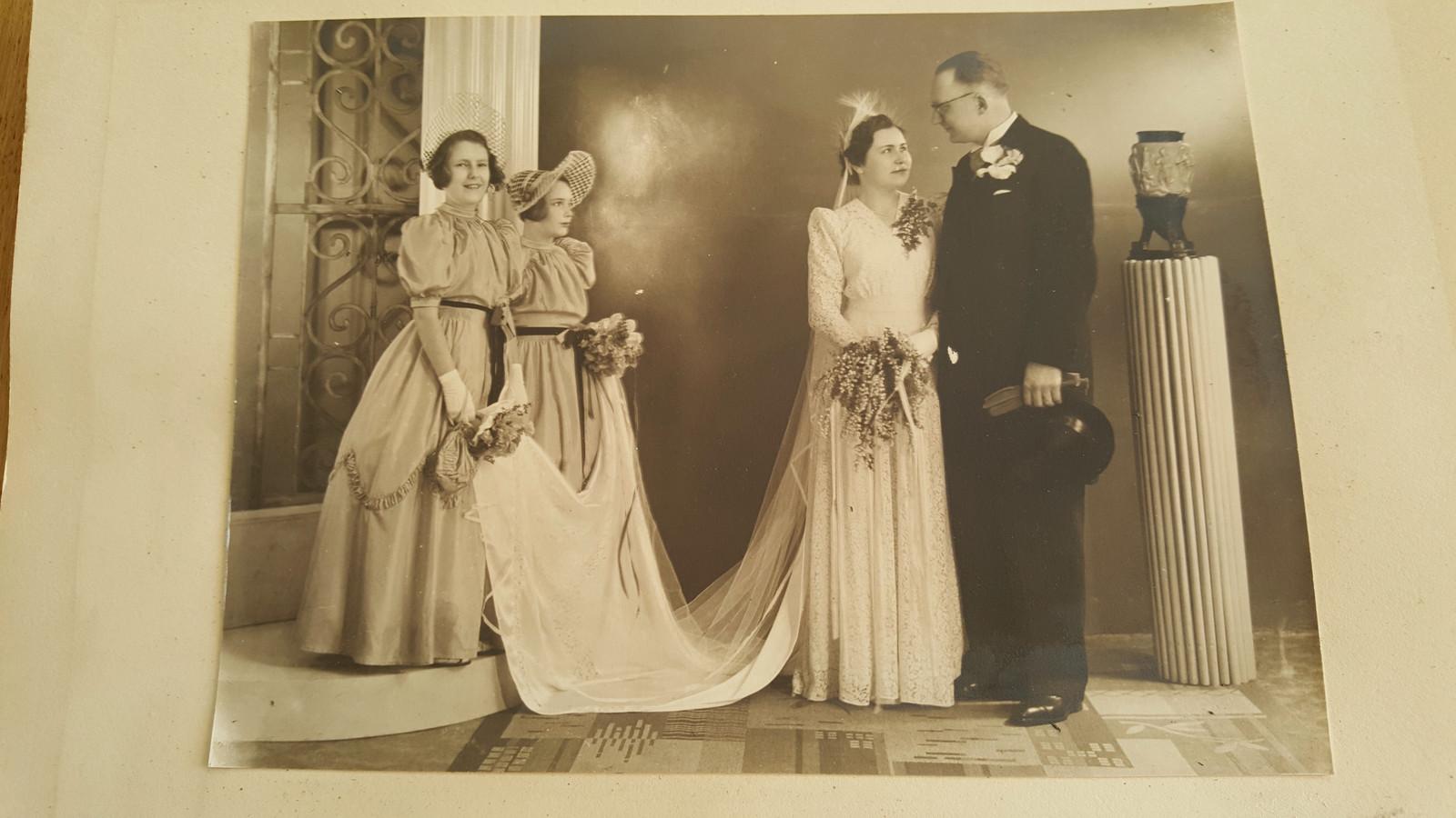 De onbekende foto die te voorschijn kwam van onder de trouwfoto van opa en oma Vloeimans. Wie weet meer over wie erop staan?