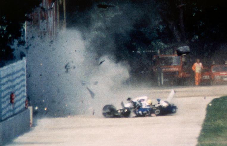 Ayrton Senna crasht in zijn Williams bij een snelheid van 300 kilometer per uur op het circuit van Imola.  Beeld Alberto Pizzoli / Getty
