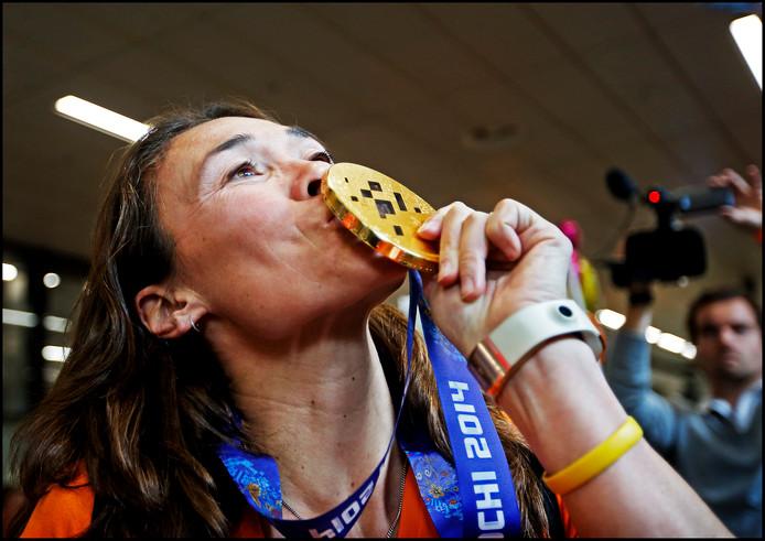 Bibian Mentel kust haar gouden medaille die ze behaalde op de Paralympische Spelen van Sotsji 2014