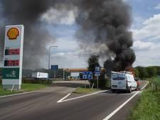 Tankstation bij Sprang-Capelle ontruimd: busje vliegt spontaan in brand
