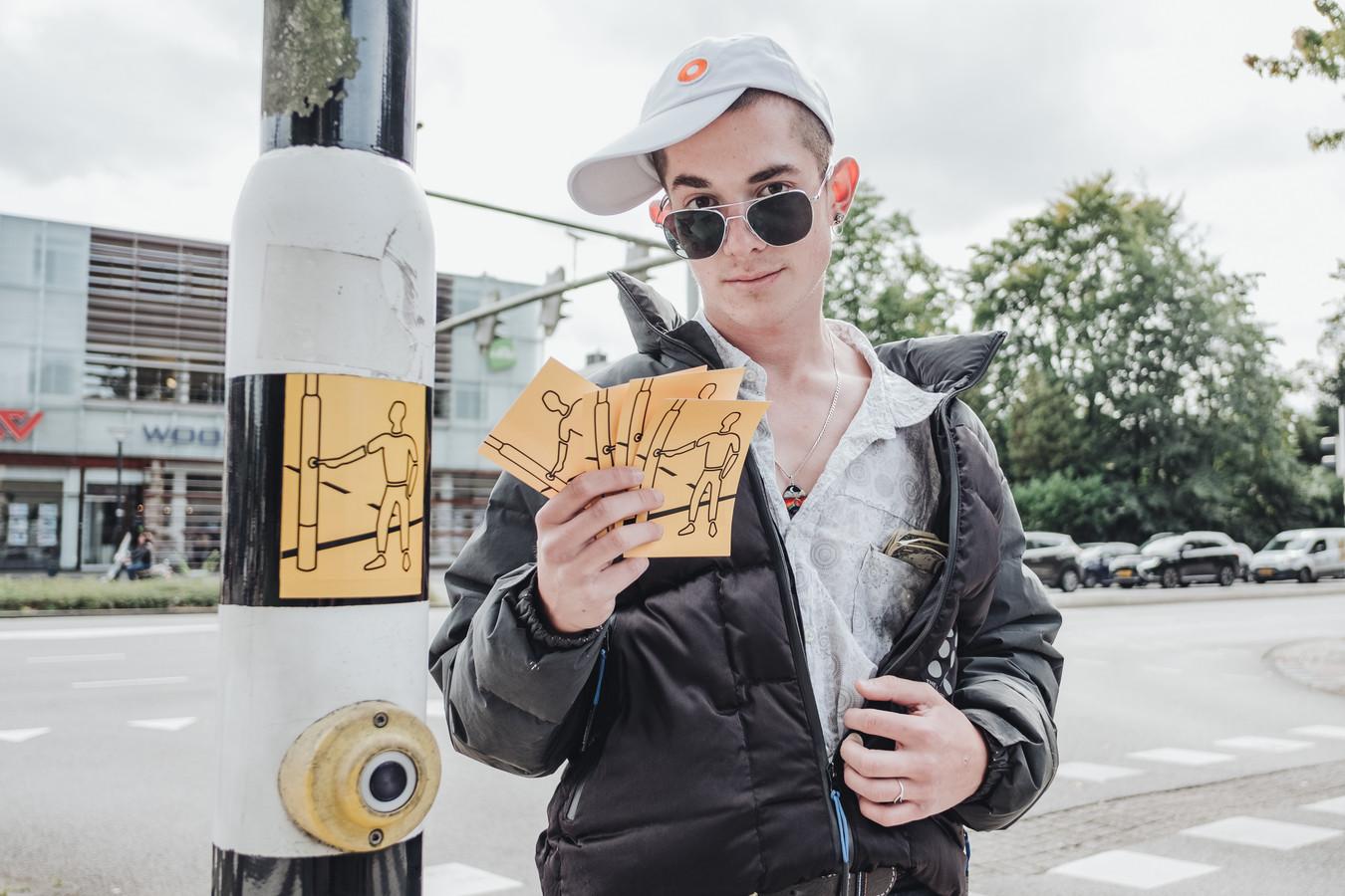 Sofie, het verkeerslichtmeisje dat in 2000 in Amersfoort werd geboren, heeft een vriendje gekregen. Sam heet-ie.  Zijn creatieve vader, Koen van Eeckhoutte, moet nu zo'n 400 palen gaan beplakken.