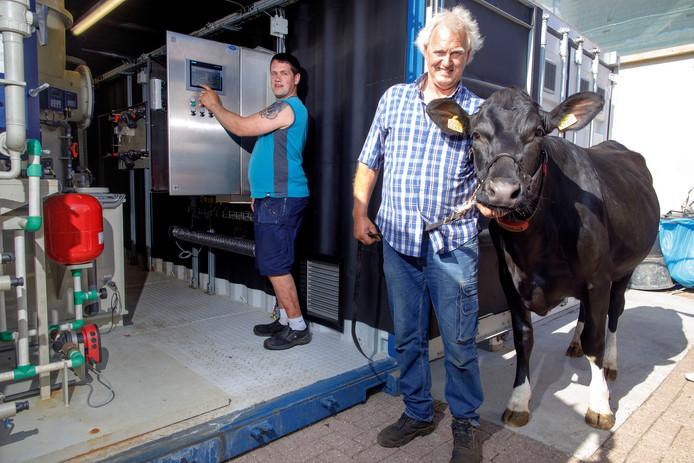 Gijs (links) en Jack van Poppel, Molenschotse melkveehouders met een voor Brabant unieke monomestvergister. Foto Dolph Cantrijn