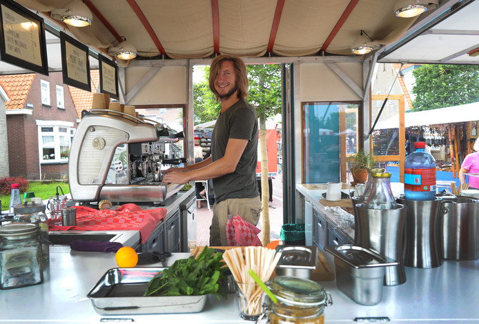 Isaac Hubregtse in zijn foodtruck Barefoot Coffee, in Oostkapelle.