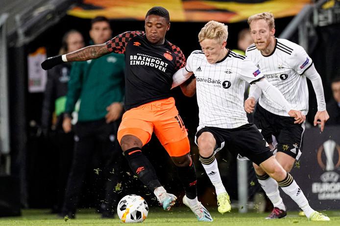 Steven Bergwijn dribbelt langs Birger Meling van Rosenborg.