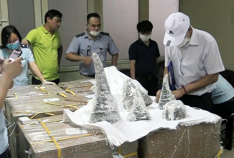 Veel gestroopte hoorns van neushoorns worden via Vietnam verhandeld. In 2019 werd deze partij van 55 hoorns in beslag genomen door de douane op de luchthaven van de hoofdstad Hanoi.   Beeld AFP