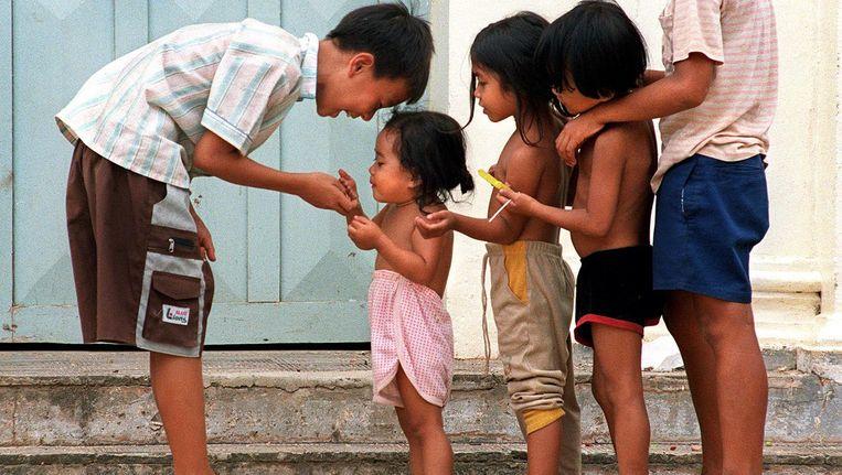 Kinderen spelen bij een weeshuis in Phnom Penh, Cambodja. Beeld afp