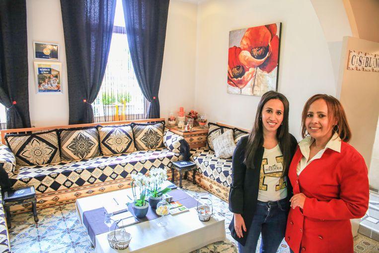 Yasmine en Saida in de woonkamer van B&B Casablanca.