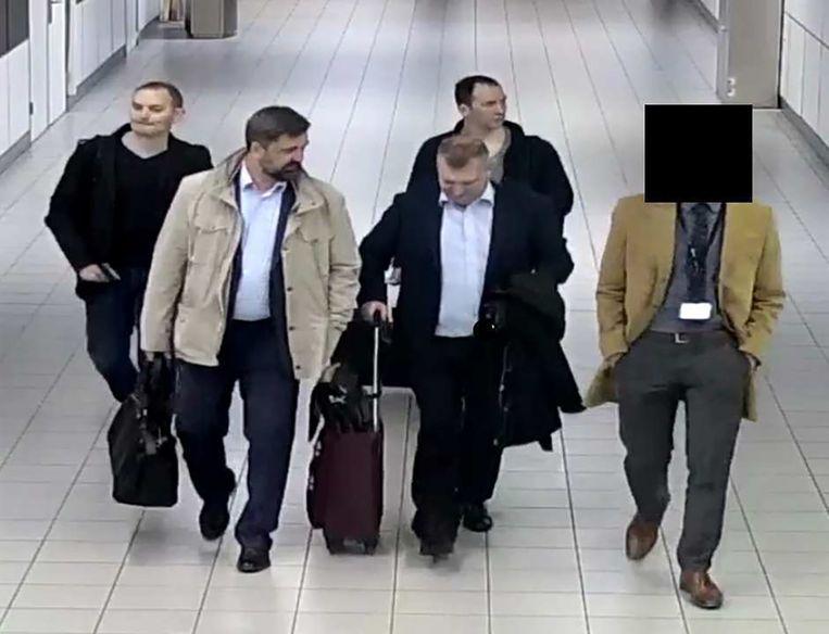 10 april 2018 - De Russische hackers komen aan op Schiphol.