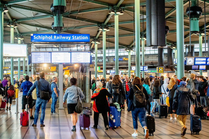 Drukte op Schiphol Plaza, de stationshal boven de perrons.