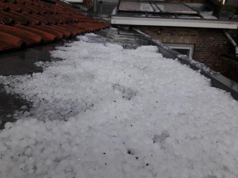 Hagelbollen zorgden voor een winters tapijt, ook in de dakgoten.
