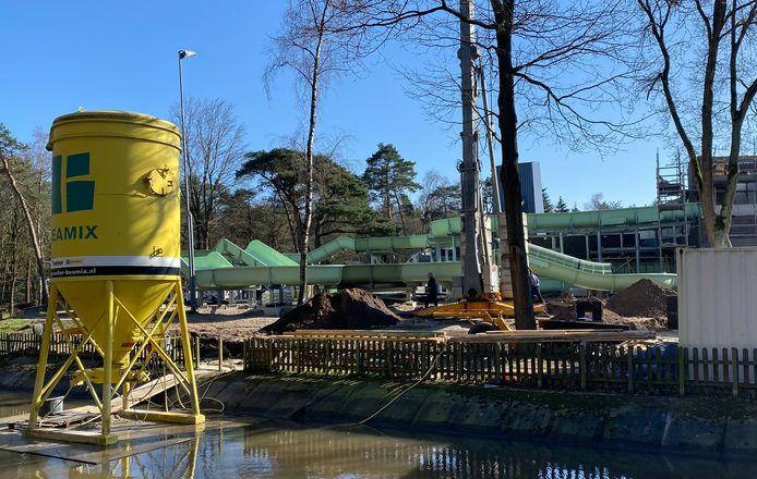 De bouw van de wildwaterbaan bij het Bosbad in Putten vordert goed, in de loop van mei verwacht het zwembad de nieuwe attractie in gebruik te kunnen nemen.