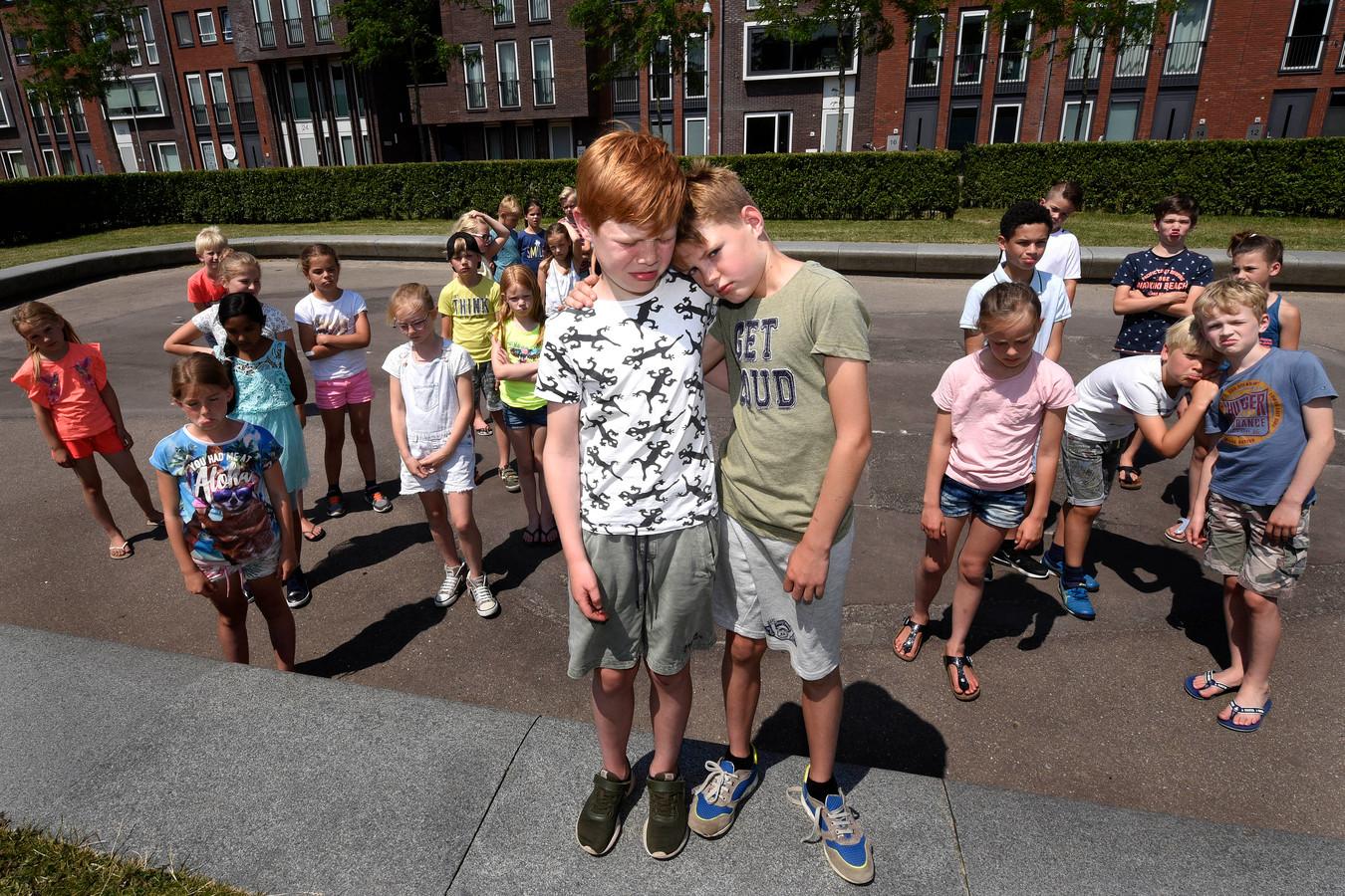 Teleurgesteld kijkende kinderen van De Regenboog op het lege plein.