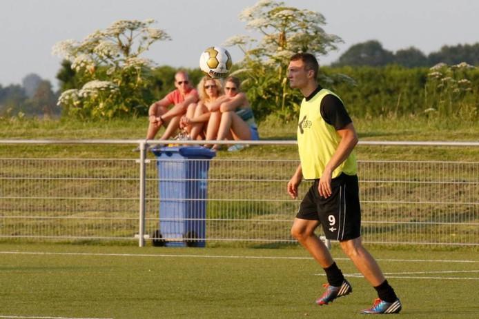 Proefspeler Steven Edwards lijkt de bal te betoveren, op het trainingsveld bij Achilles'29.