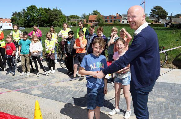 Schepen van Mobiliteit en Onderwijs Luc De Backer opent samen met de kinderen de fietsstraat.