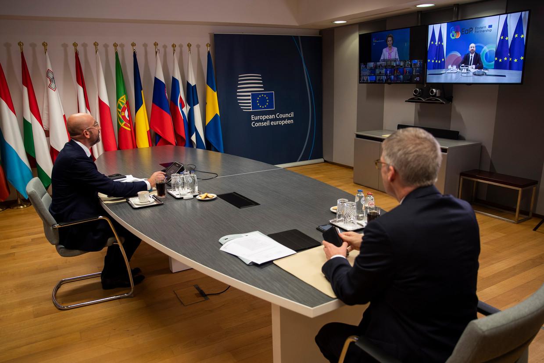 EU-president Charles Michel (links) vanuit Brussel in een videoconferentie met de voorzitter Europese Commissie Von der Leyen en regeringsleiders Beeld EPA