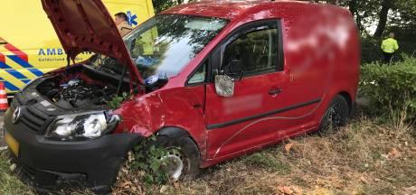 Automobilist wordt onwel en rijdt tegen boom