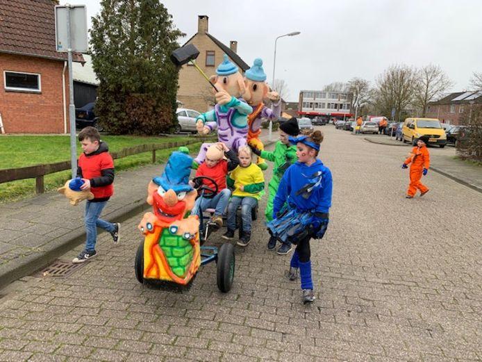 Deze kinderen in Vogelwaarde hebben wel een wagen.